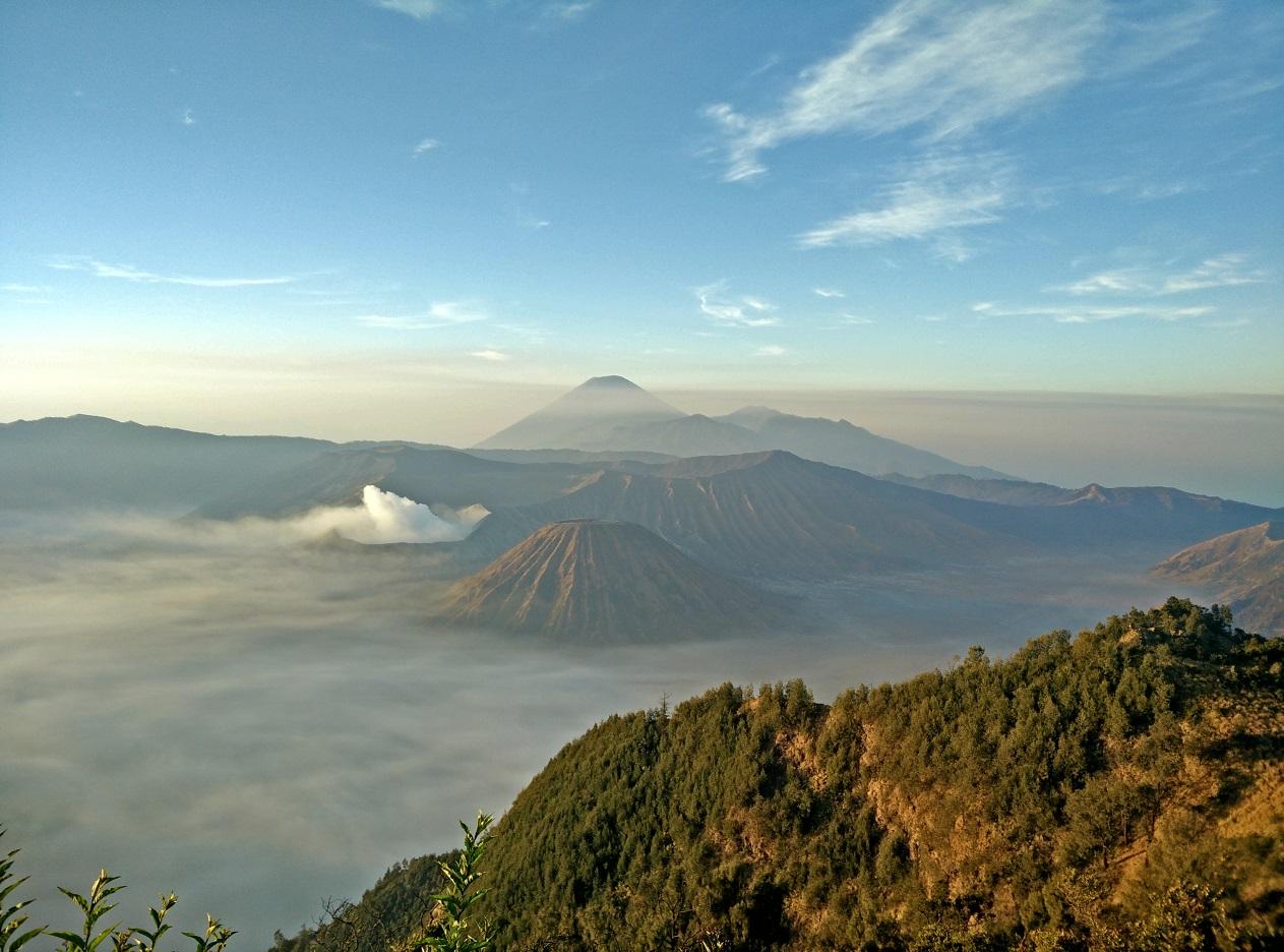 Sončni vzhod ob pogledu na vulkansko območje Bromo-Semeru.