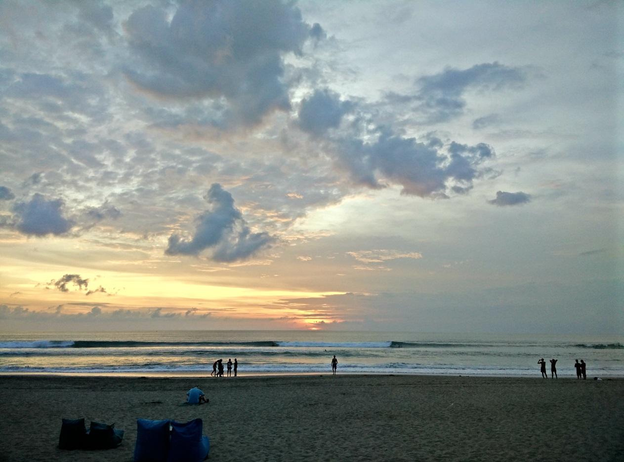 Sončni zahod na plaži v Kuti.
